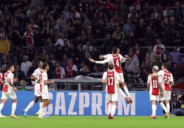 Sebastien Haller del Ajax celebra su segundo gol con sus compañeros el 28 de septiembre de 2021