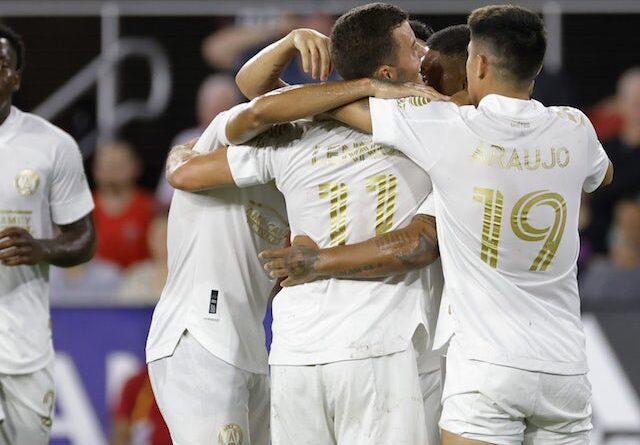 El delantero del Atlanta United FC Josef Martinez (7) celebra con sus compañeros de equipo después de marcar un gol contra el DC United en el Audi Field el 24 de agosto de 2021