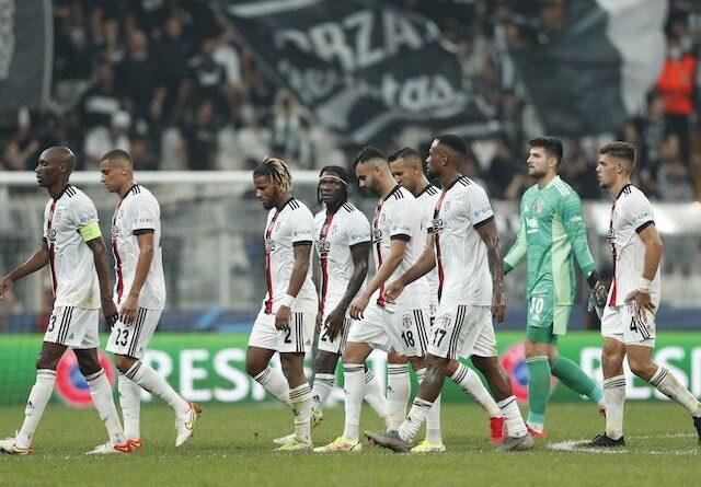 Los jugadores del Besiktas lucen abatidos cuando se marchan en el descanso el 15 de septiembre de 2021