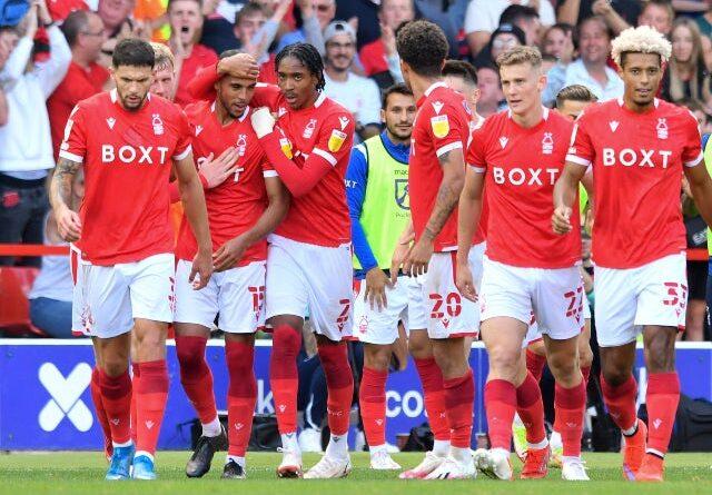 Max Lowe de Nottingham Forest celebra su primer gol de liga contra Millwall el 25 de septiembre de 2021