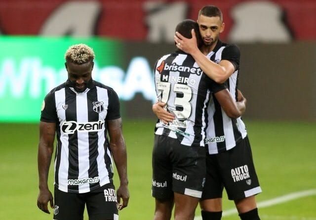 Saulo Mineiro de Ceara con sus compañeros de equipo después del partido del 20 de junio de 2021