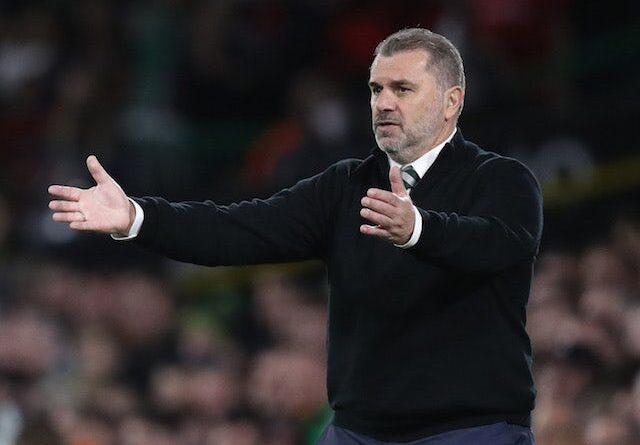El entrenador del Celtic Ange Postecoglou hace un gesto el 30 de septiembre de 2021