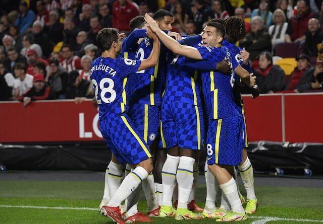 Ben Chilwell del Chelsea celebra su primer gol con sus compañeros el 16 de octubre de 2021