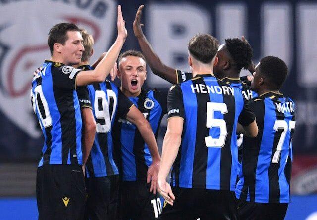 Hans Vanaken del Club Brugge celebra su primer gol con sus compañeros el 28 de septiembre de 2021