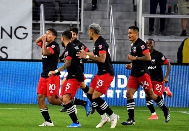 El delantero del DC United Edison Flores celebra tras anotar un gol contra el Chicago Fire el 13 de mayo de 2021