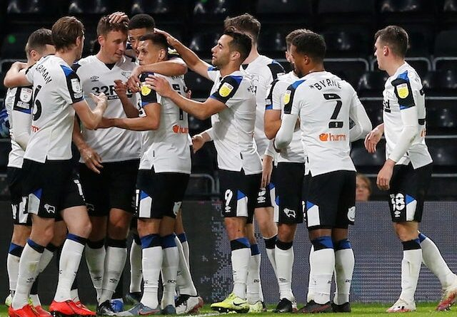 Craig Forsyth de Derby County celebra su primer gol con sus compañeros el 29 de septiembre de 2021