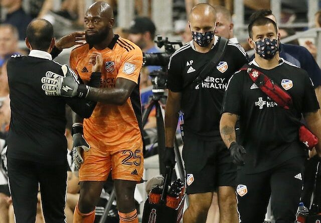 El portero del FC Cincinnati Kenneth Vermeer (25) abandona el juego al comienzo de la segunda mitad contra el Orlando City SC en el TQL Stadium el 7 de agosto de 2021
