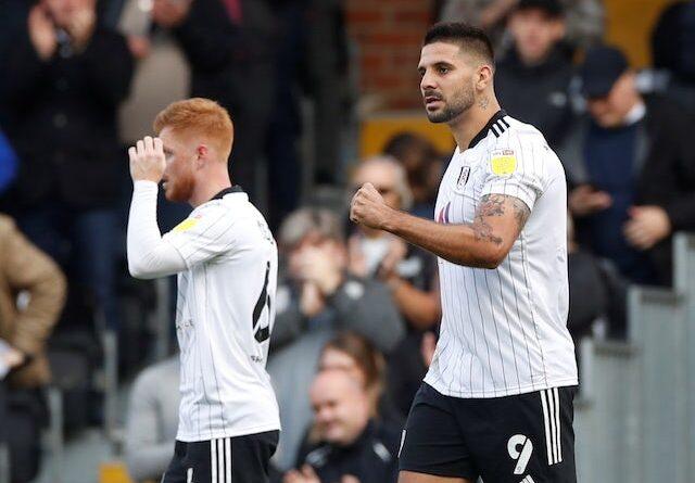 Aleksandar Mitrovic del Fulham celebra su primer gol el 16 de octubre de 2021