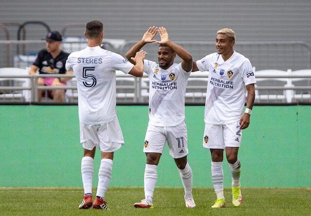 El centrocampista de Los Angeles Galaxy Samuel Grandsir (11) celebra su gol con el defensor Daniel Steres (5) y el defensor Julian Araujo (2) en la segunda mitad contra Colorado Rapids en Dick's Sporting Goods Park el 11 de septiembre de 2021