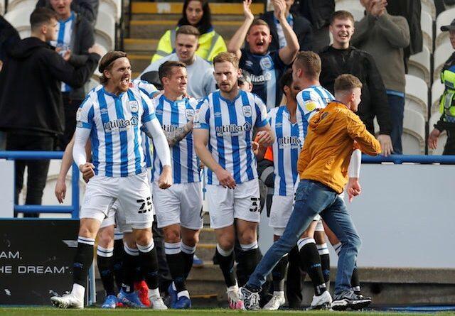 Tom Lees de Huddersfield Town celebra su primer gol con sus compañeros el 16 de octubre de 2021