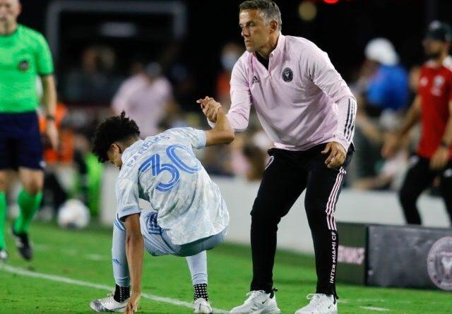 El técnico del Inter Miami, Phil Neville, ayuda al centrocampista del DC United Kevin Paredes (30) a levantarse el 9 de junio de 2021