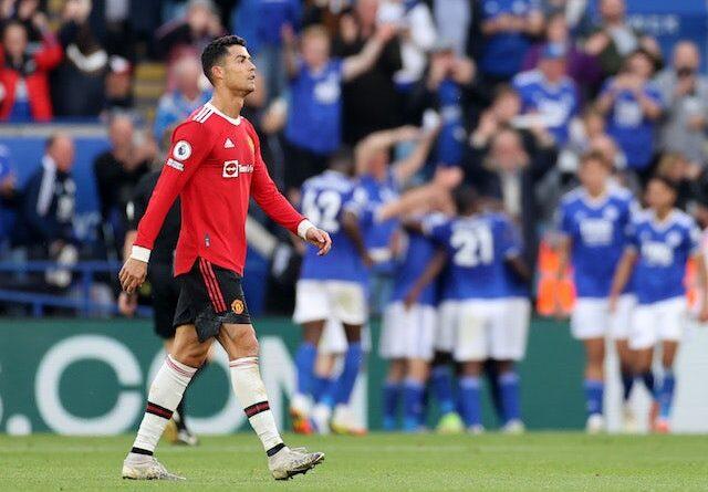 Cristiano Ronaldo del Manchester United observa cómo los jugadores del Leicester City celebran un gol el 16 de octubre de 2021