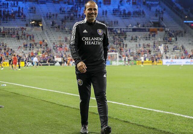 El entrenador del Orlando City SC, Oscar Pareja, abandona la cancha al final del partido contra el FC Cincinnati en el TQL Stadium el 7 de agosto de 2021.