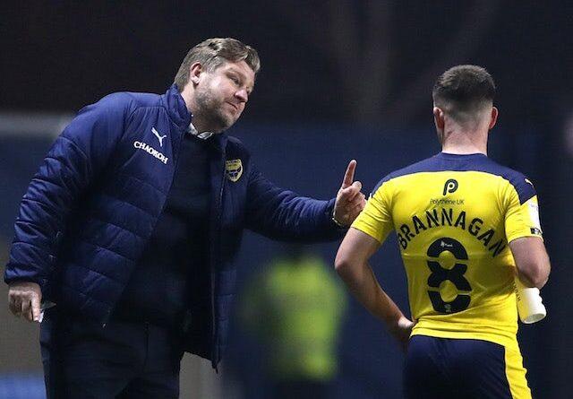 El entrenador del Oxford United, Karl Robinson, fotografiado con Cameron Brannagan el 2 de marzo de 2021