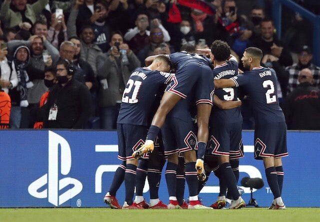 Lionel Messi del Paris Saint-Germain (PSG) celebra el segundo gol con sus compañeros el 28 de septiembre de 2021