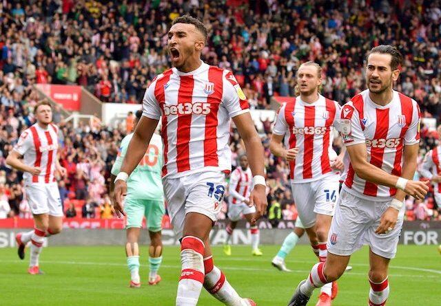 Jacob Brown del Stoke City celebra su primer gol el 11 de septiembre de 2021